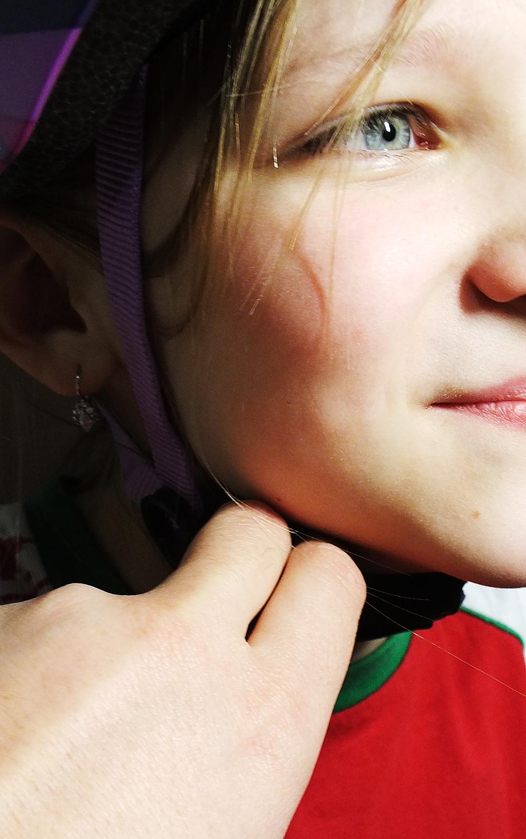 регулируем ремешки на шлеме