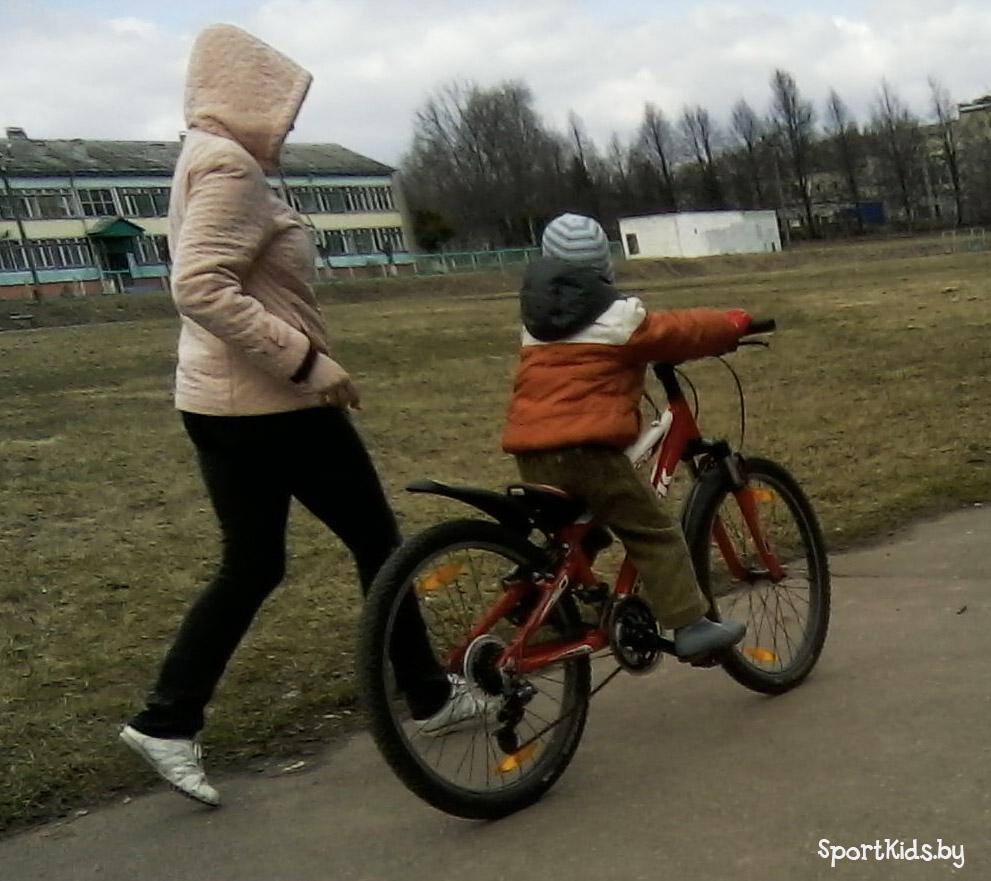 как научить ребёнка кататься на беговеле
