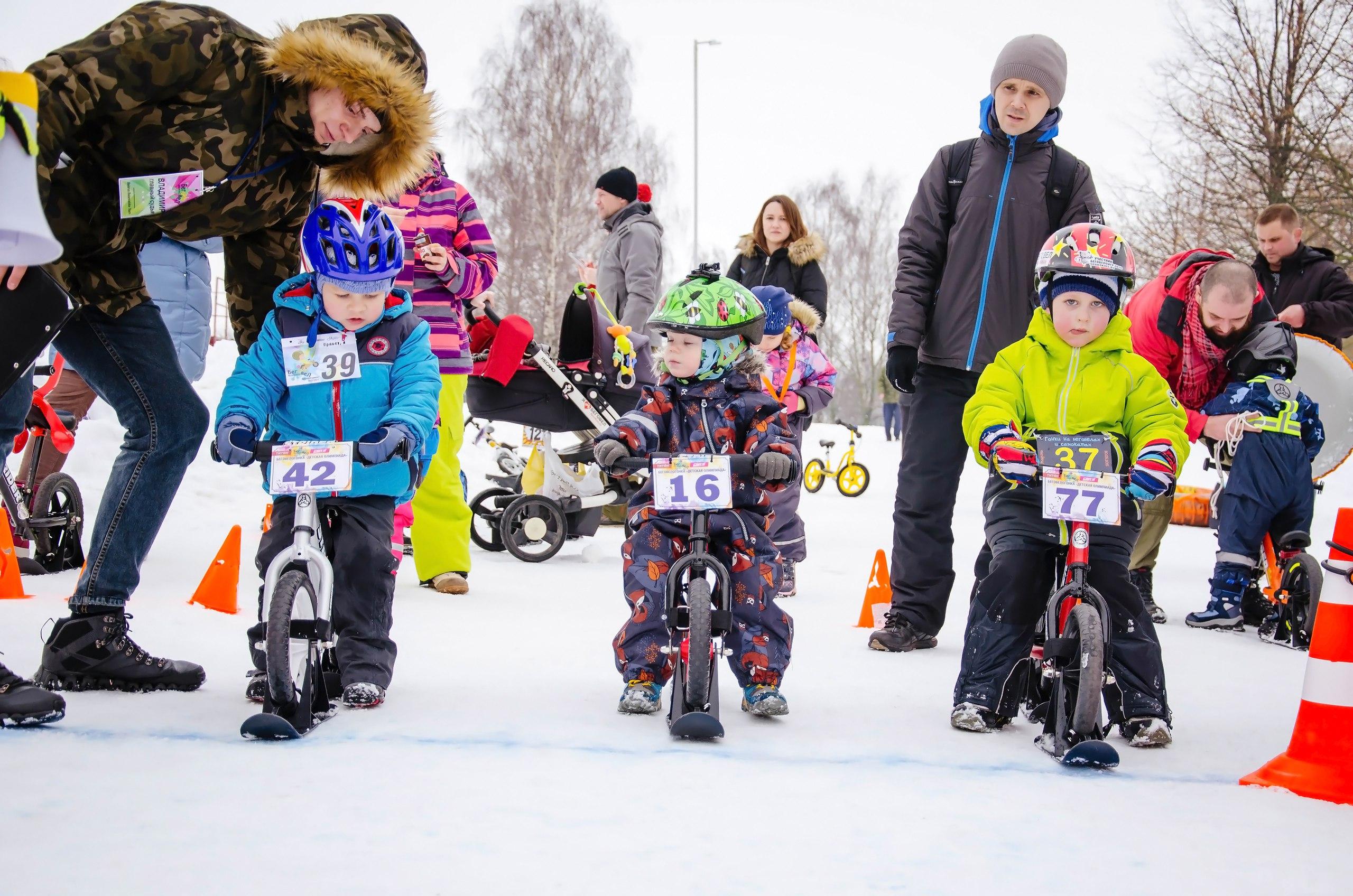 соревнования на беговелах с лыжами